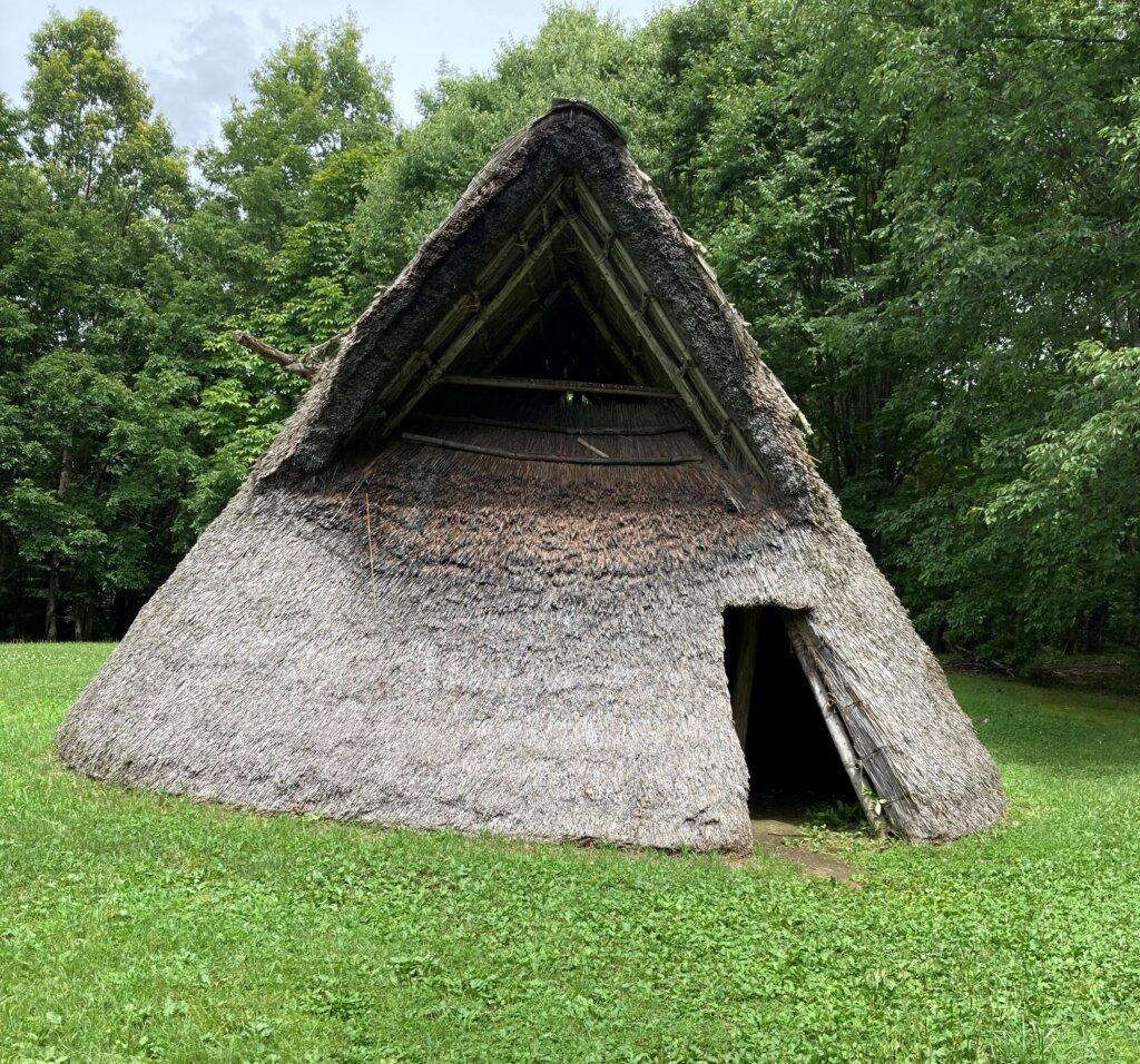 復元された竪穴住居